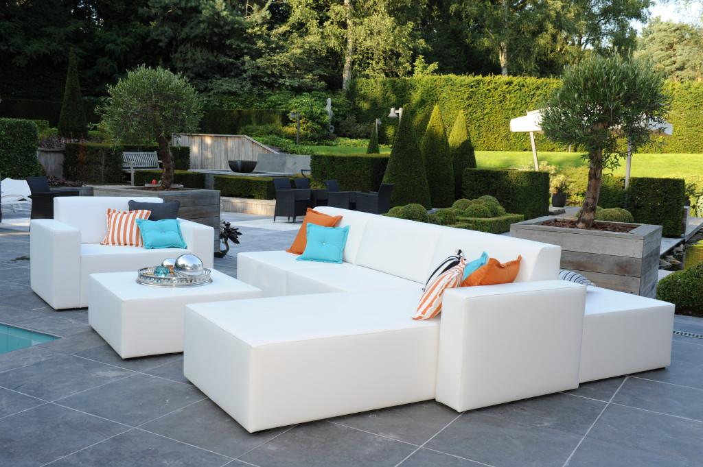 Tip ook zo 39 n bijzondere loungebank in de tuin de woon architect - Decoratie witte lounge ...